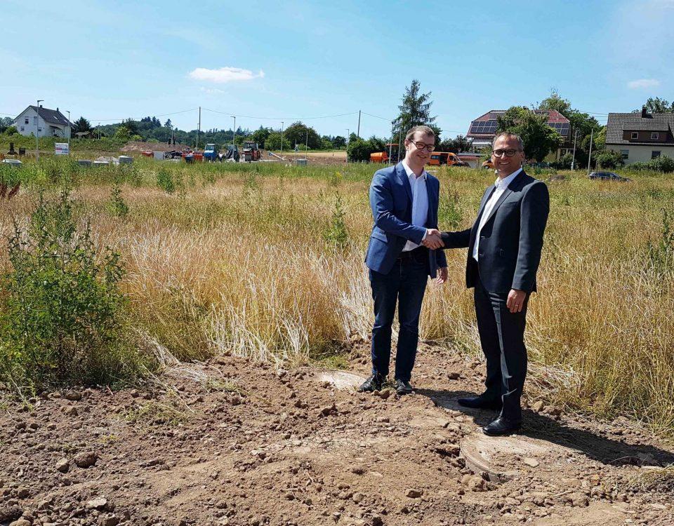 Bauprojekt Berglen-Rettersburg Grundstücksübergabe Bürgermeister Friedrich und Geschäftsführer Krahn